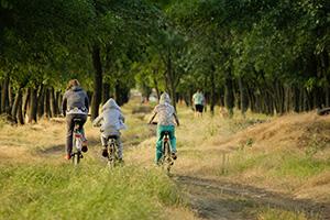 Vélo en famille dans la nature